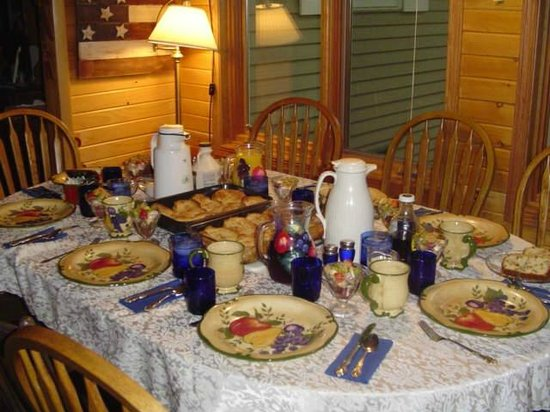 Grapevine Log Cabins: Breakfast in the main house