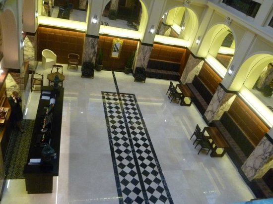 Hotel Grandezza : Enter the foyer and check in