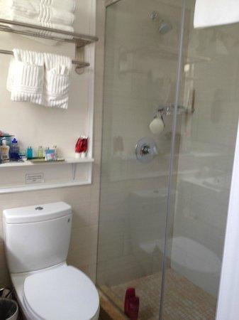 Hotel Villa Italia : Banheiro pequeno, mas novinho