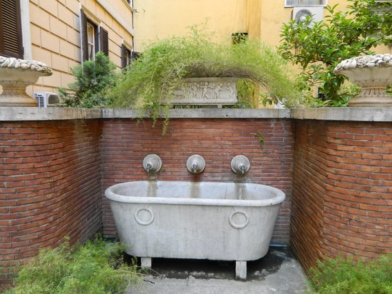 Seven Kings Relais : Old stone trough in the courtyard