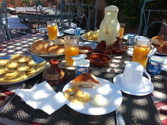 Riad Dar Dialkoum: breakfast on the terrace