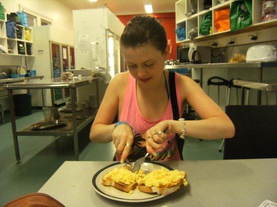 Nomads Brisbane Hostel : kitchen
