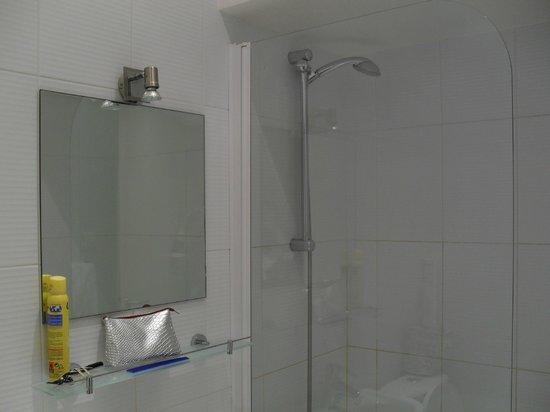 RESIDENCE SAINT SULPICE : Baño con agua caliente