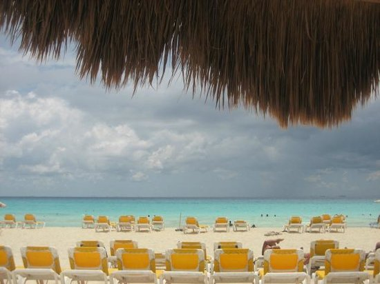 Iberostar Quetzal Playacar: Lots of beach chairs and umbrellas to use!