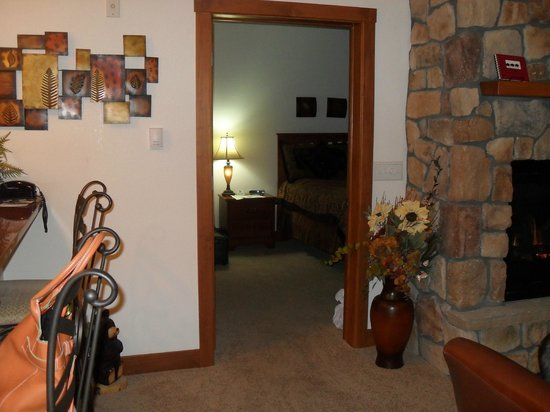 Black Canyon Inn : Entrance to bedroom from living room