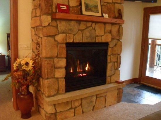 Black Canyon Inn: Fireplace
