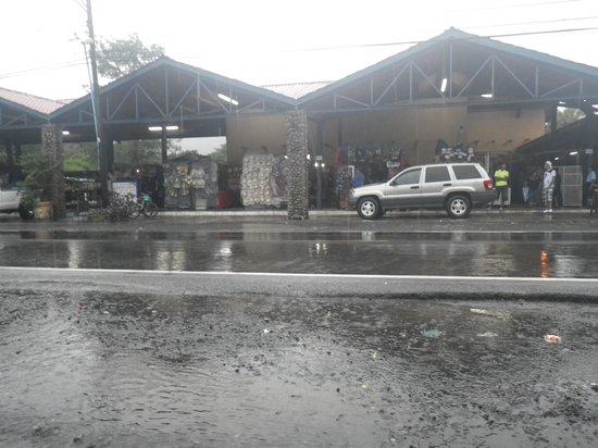 Sunday Market : Vista general del Mercado del Valle de Anton un Lunes lluvioso