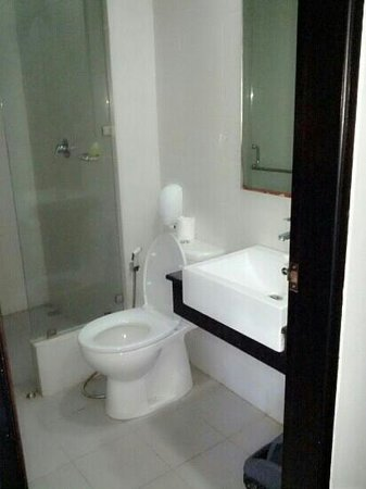 Gosyen Hotel: the bathroom