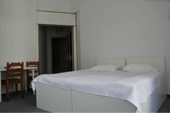 Arnes Hotel Vienna: Vista entrada quarto