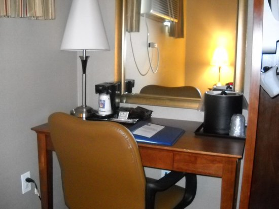 Comfort Inn At LaGuardia Airport: Desk area