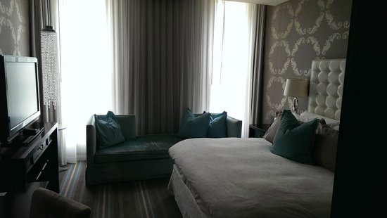 The Nines, a Luxury Collection Hotel, Portland: bedroom suite w/ king size bed