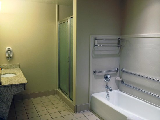 La Quinta Inn & Suites St. George : shower & soaking tub