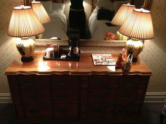 Roger Smith Hotel : big mirror & big dresser