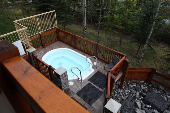 Falcon Crest Lodge by CLIQUE: Hot tub was below our room.