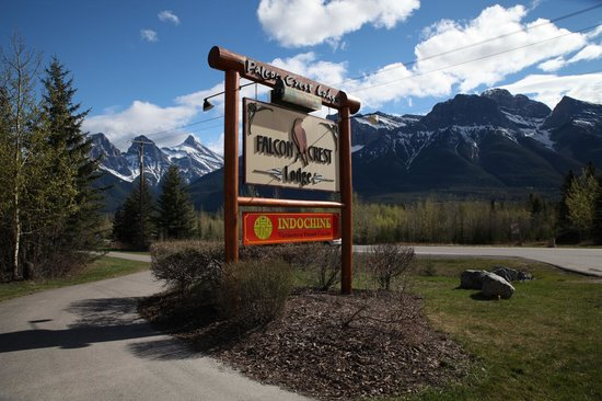 Falcon Crest Lodge by CLIQUE: Easy to find and on the main road going into Canmore