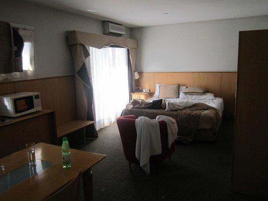 Urbana Suites: Habitación de buen tamaño