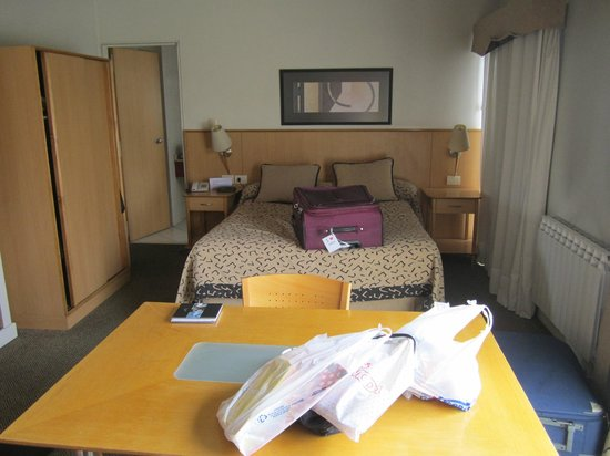 Urbana Suites: Habitación con cama doble