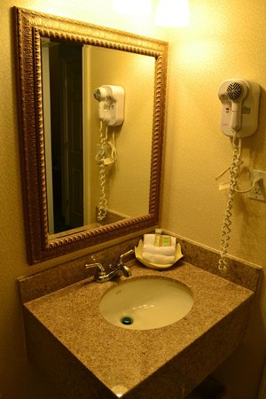 Super 8 Sturbridge: Comfy bathroom