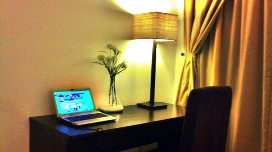Premiere Citi Suites: lamp table