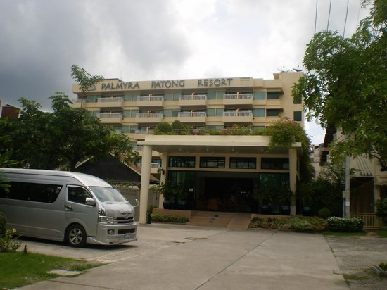 Palmyra Patong Resort: Front of the resort