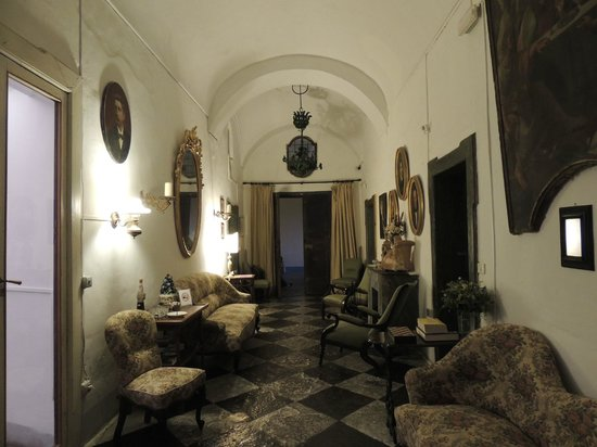 Masseria Astapiana Villa Giusso: The main hall, furnished in antiques and heirlooms