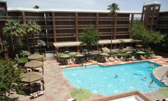 Radisson Suites Tucson: Pool looking down from west wing 5th floor
