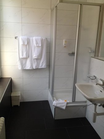 Sorell Hotel Rex: Large bathroom!