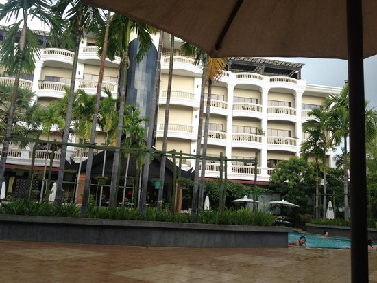 Borei Angkor Resort & Spa: hotel swimming