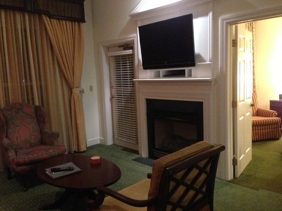 Marriott's Manor Club at Ford's Colony: Fireplace and TV
