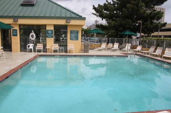 La Quinta Inn & Suites Virginia Beach: Exterior pool