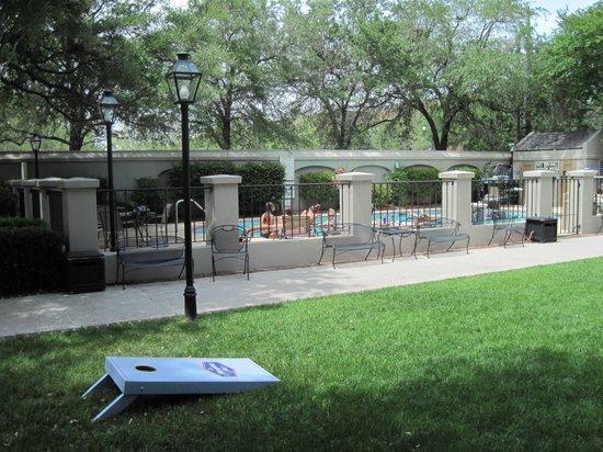 Hampton Inn Charleston - Historic District: Swimming Pool and courtyard