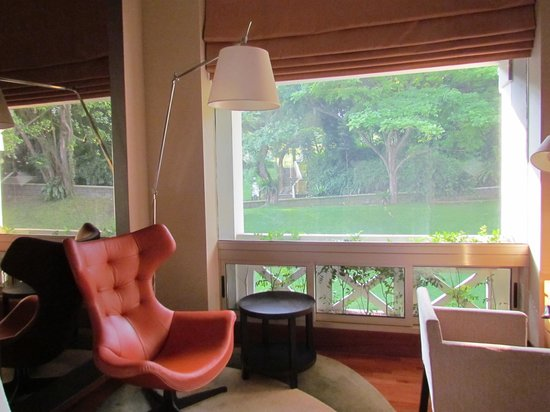 Hotel Fort Canning: Sitting area looking out