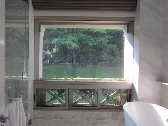 Hotel Fort Canning: Bathroom with view to park