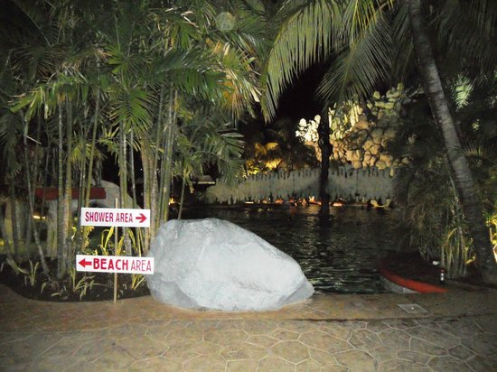 Tanza's Oasis Hotel and Resort: Swimming pool at night