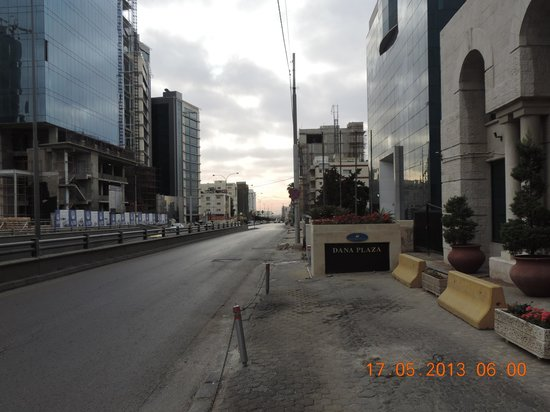Dana Plaza Hotel: Road