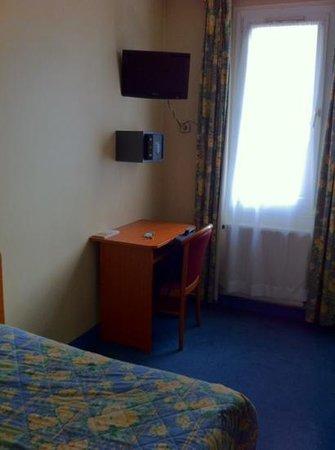 Hotel de la Place des Alpes: coin bureau télé et un coffre fort