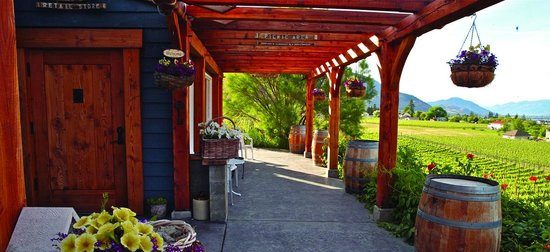 Kraze Legz Vineyard and Winery: Tasting room patio