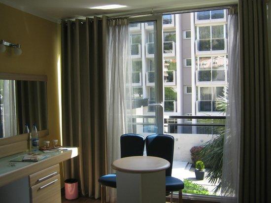 Hotel Tara: балкона как такового нет, но есть рейки для сушки полотенец