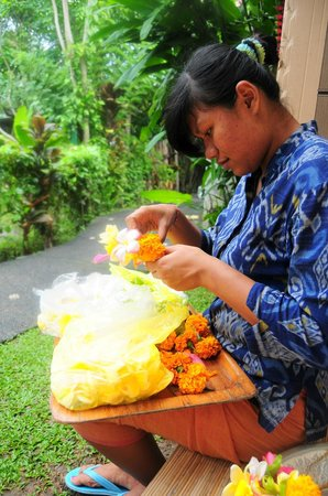 Kebun Indah: Julie preparing the flower arrangements for the rooms