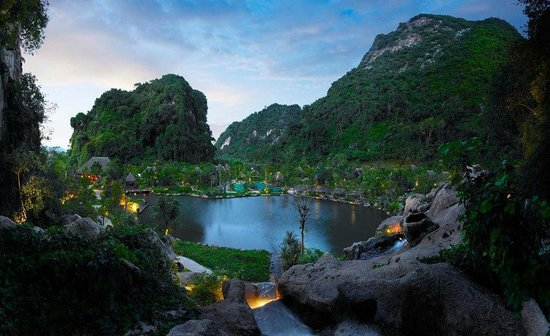 The Banjaran Hotsprings Retreat: resort at night