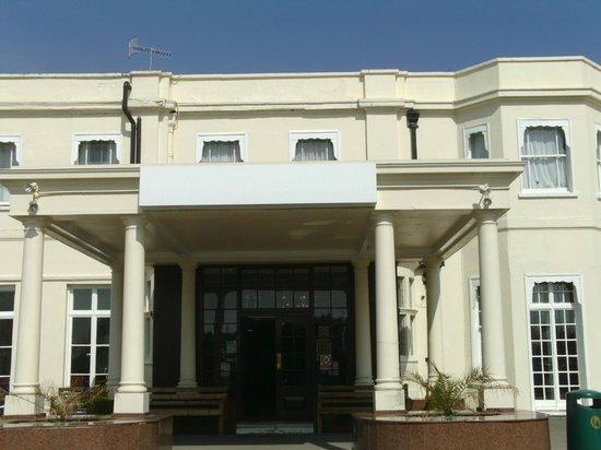 Russ Hill Hotel: entrance