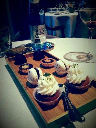 Le Maximilien: Les migniardises, petits cannelés, macaron au chocolat, tarte Lindze et baba au rhum
