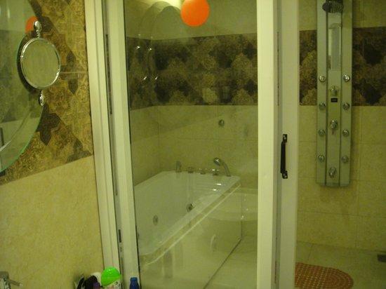 Treebo Komfort Suites: suite bath area