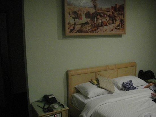 Treebo Komfort Suites: master bed room
