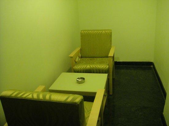 Treebo Komfort Suites: sitting area in room