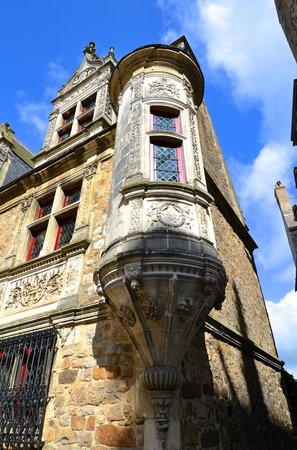 Le Mans, Francia: Building opposite cathedral at Vieux Mans