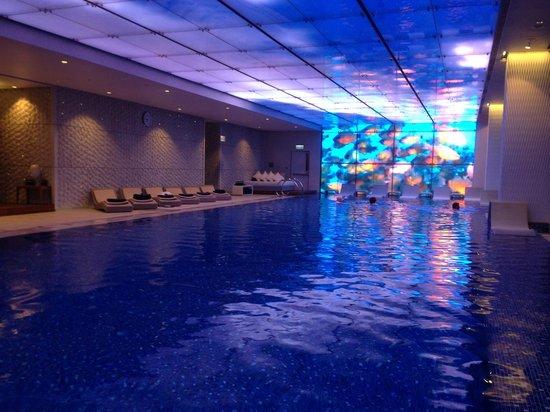 The Ritz-Carlton, Hong Kong: indoor swimming pool at night