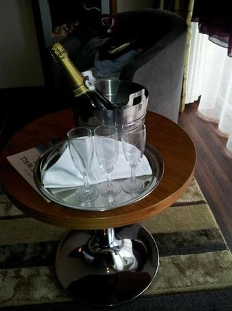Smiths at Gretna Green Hotel: champagne on arrival