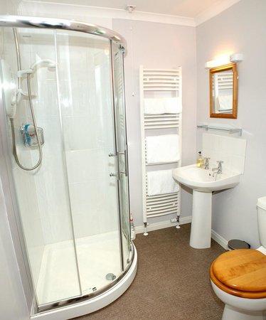Achabhealaidh, Machrie B&B: Ensuite shower room