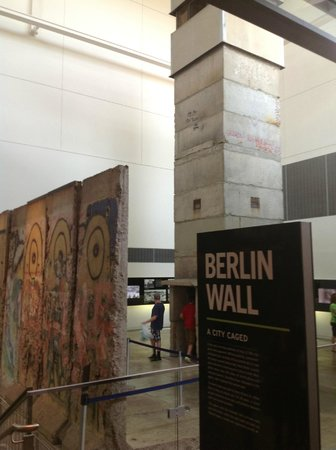 Newseum. Berlin Wall Gallery.